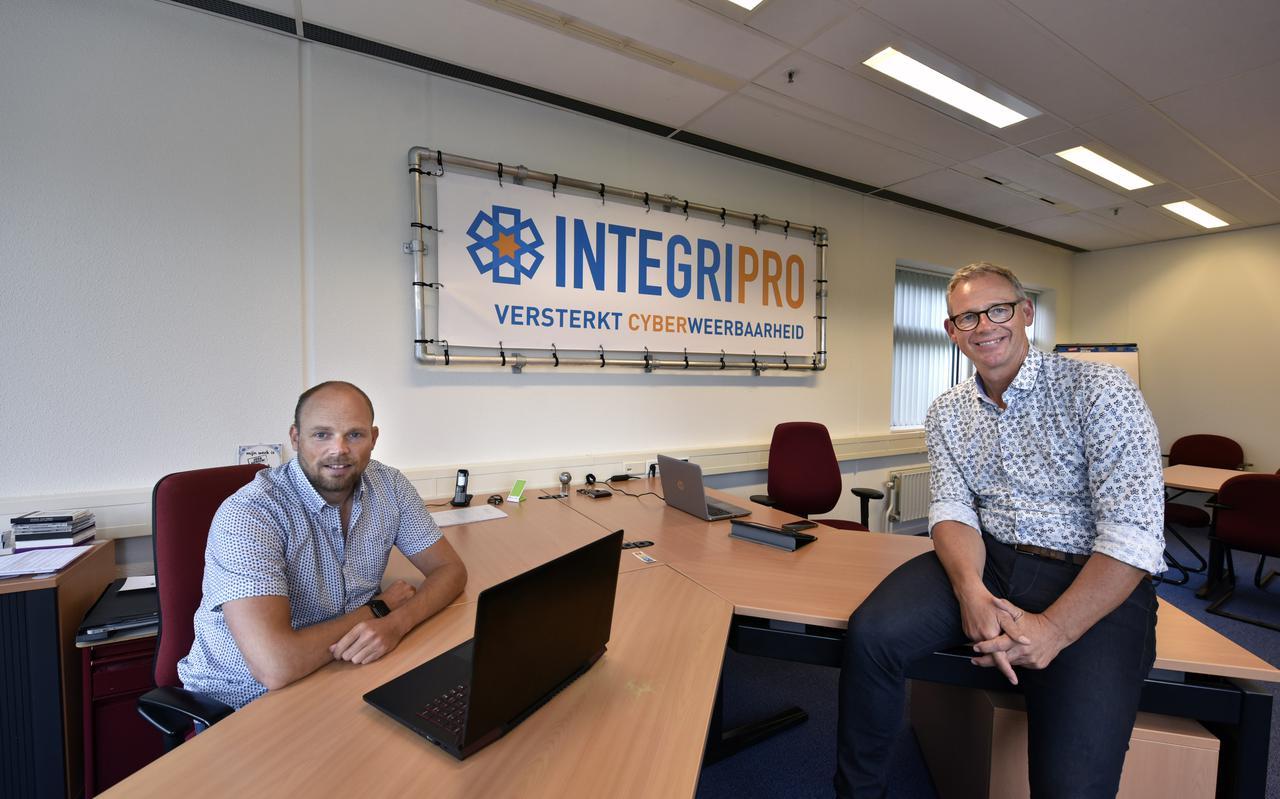 Cor Procee (links) en Dirk van der Woude van cyberbedrijf IntegriPro uit Leeuwarden.