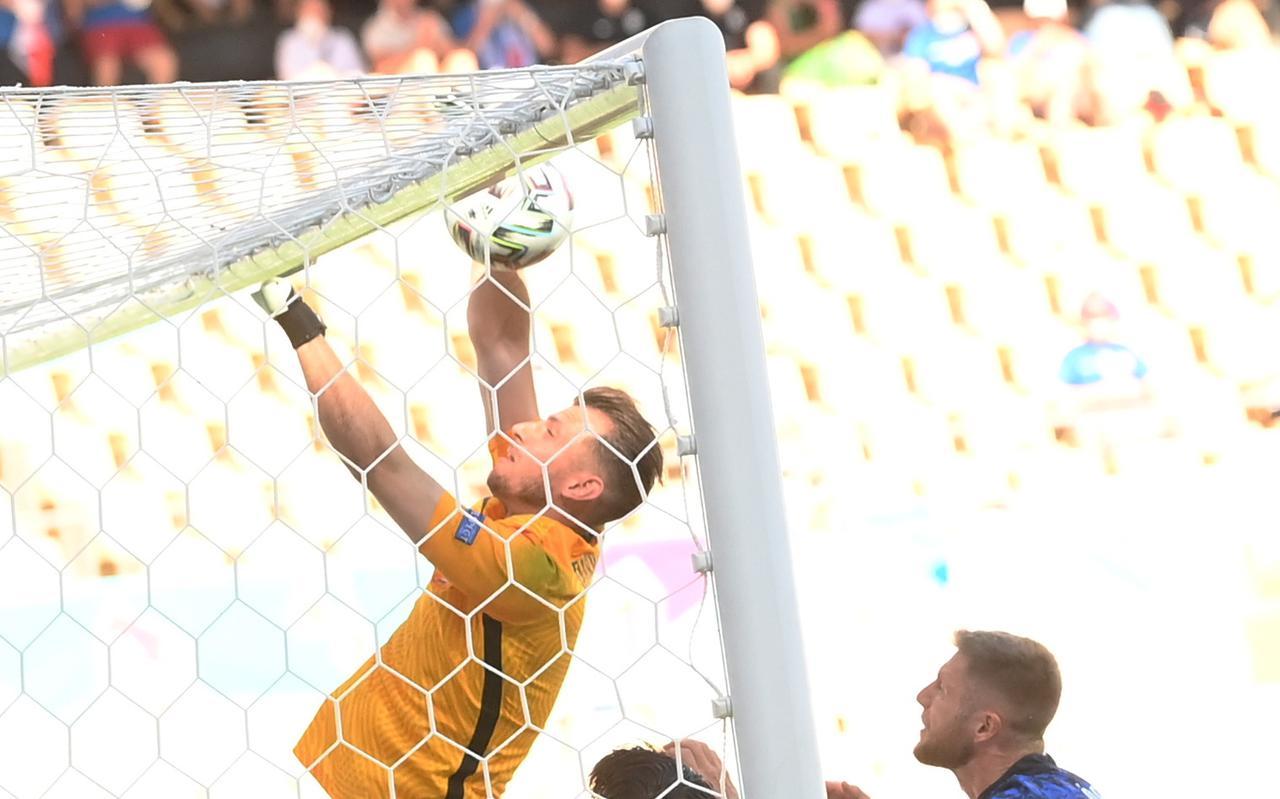 Martin Dubravka slaat de bal in eigen doel tegen Spanje.