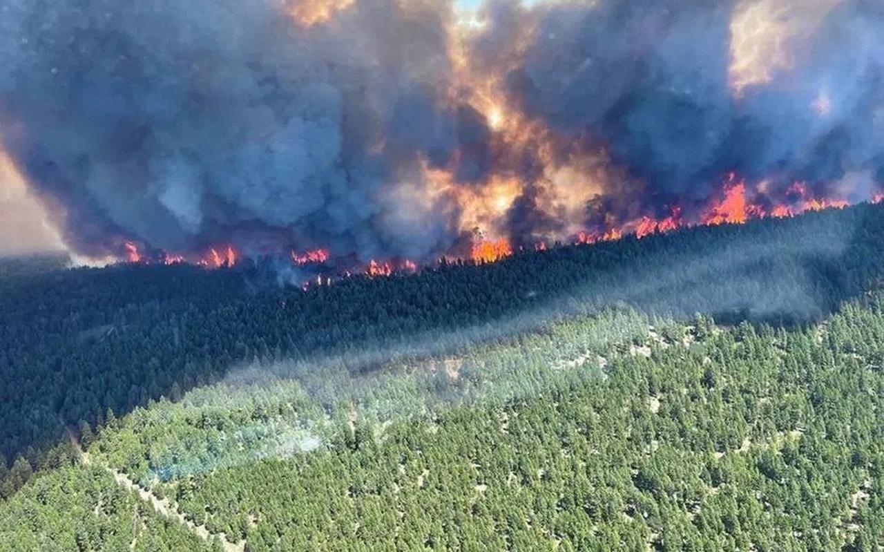 Branden teisteren de Canadese plaats Lytton.