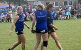 Sjanet Wijnia, Margriet Bakker en Ilse Tuinenga stappen zegevierend van het veld in Arum.