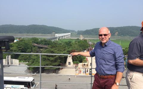 André van Grol op de grens van Zuid-Korea en Noord-Korea..