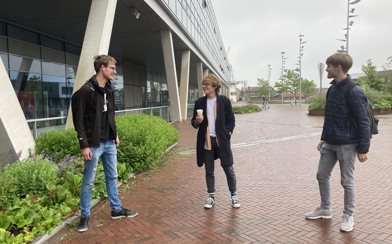 Een minderheid van de studenten, onder wie van deze groep alleen Ronan van Langen (midden), heeft tegenwoordig een lening.