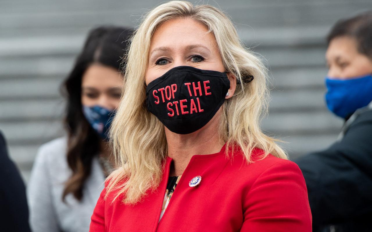 De Republikeinse afgevaardigde van de staat Georgia, Marjorie Taylor, draagt een mondkapje met de tekst 'stop the steal'.