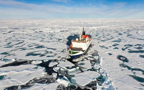 Smeltend ijs in het Noordpoolgebied maakt nieuwe scheepvaartroutes mogelijk wat tot conflicten kan leiden tussen landen.