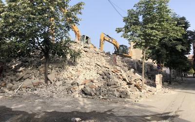 De oude kerk in Kombinat moest volledig gesloopt worden na de aardbeving.
