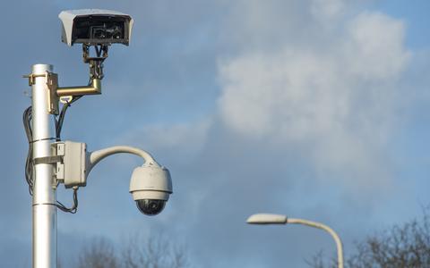 Een willekeurige beveilingscamera in het straatbeeld.