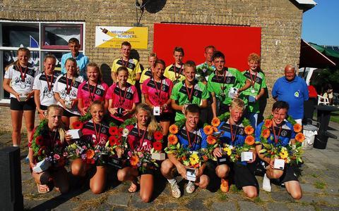 De prijswinnaars van de Takomstpartij editie 2015. De winnende meisjes zijn van links naar rechts Serena Hovenga, Martzen Deinum (met wisselbeker) en Leila-Janneke Moufakkir. Daarnaast de winnende jongens met Sil Leystra, Jouke Vlasbloem (met wisselbeker) en Roel Pieter de Jong