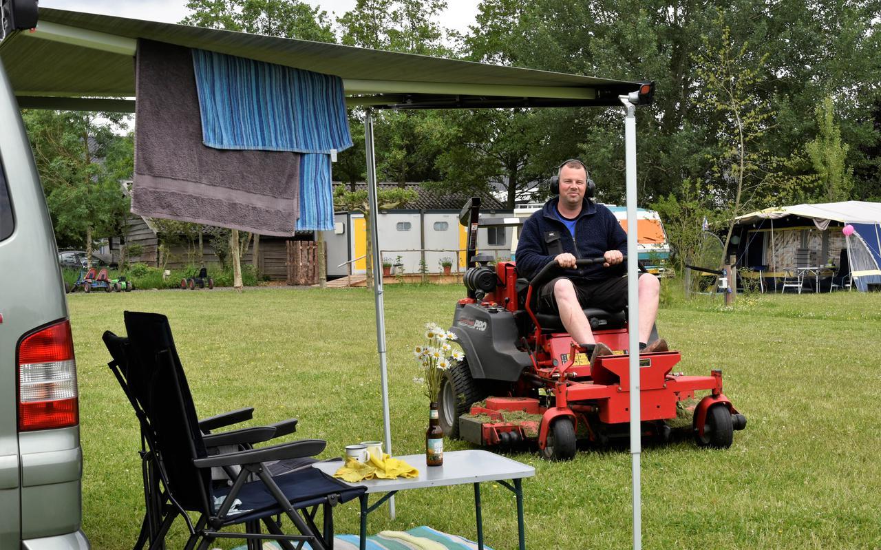 Siem Terpstra maait het gras op camping De Terpen in Ryptsjerk.