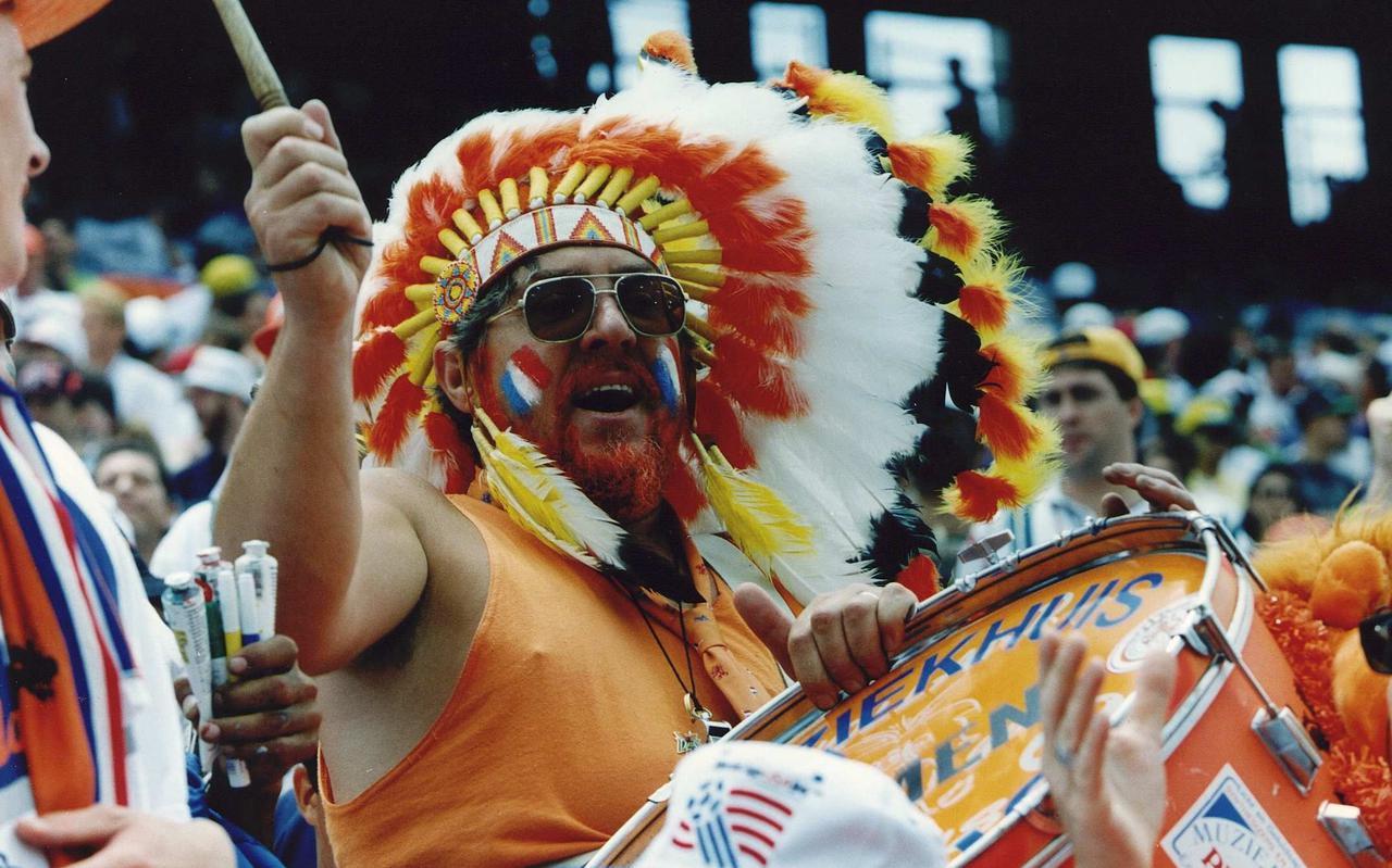 Graatje Hindriks had tijdens het WK voetbal in 1994 met zijn originele outfit een primeur, maar hij vergooide een behoorlijke portie geloofwaardigheid op het moment dat hij zich door het bedrijfsleven liet betalen en op zijn trommel niet alleen 'Holland' maar ook diverse merknamen aanbracht.