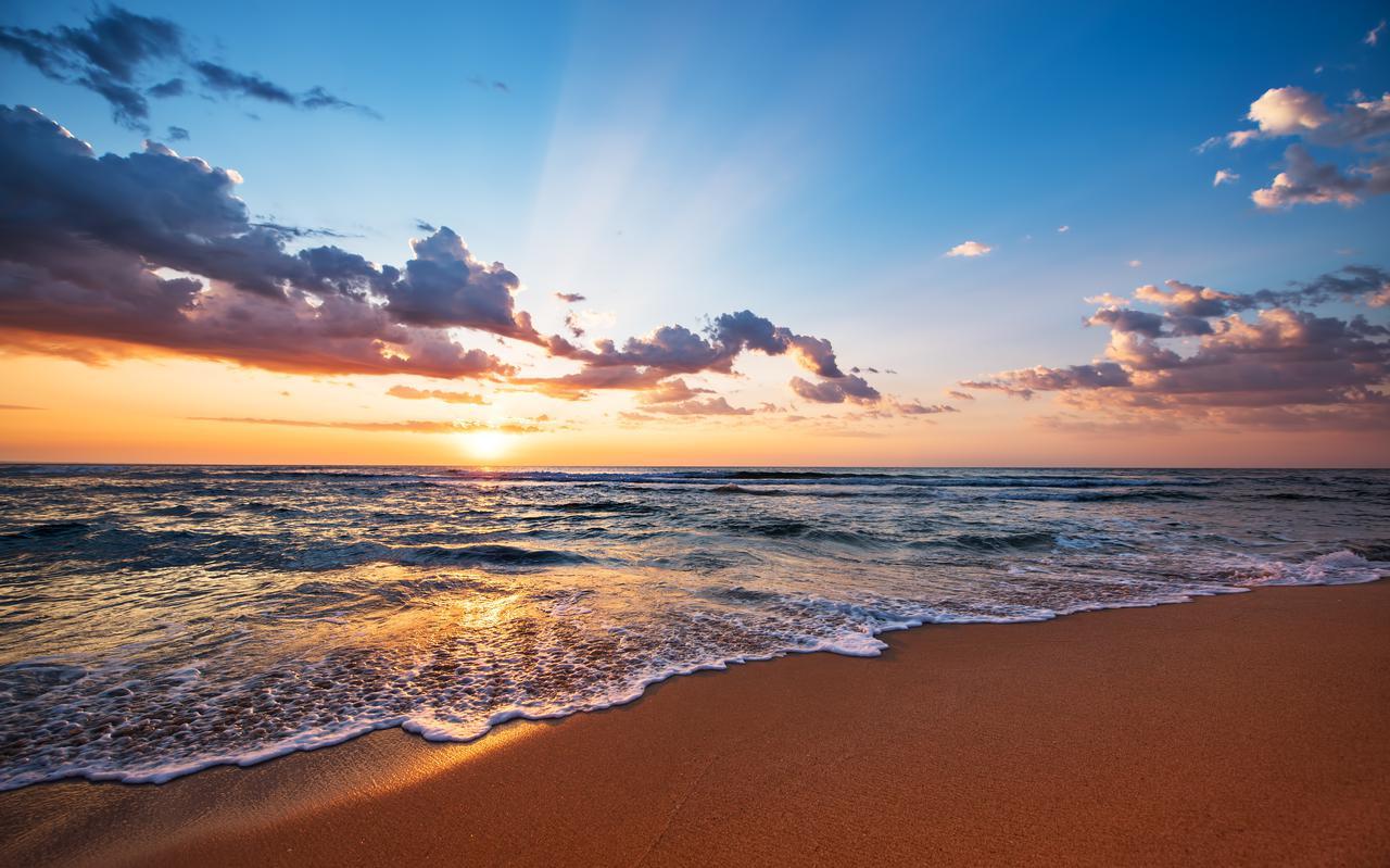 De zonsondergang van de zee is soms adembenemend mooi.