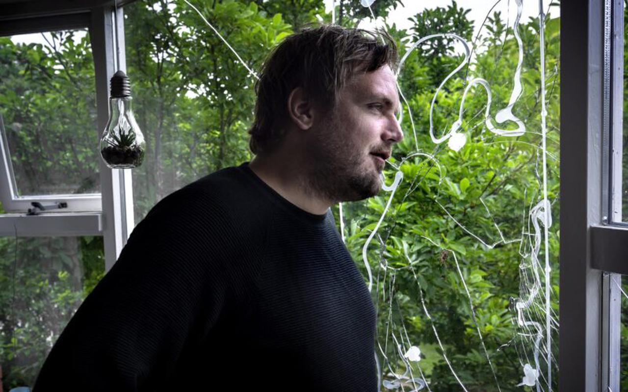 Journalist Willem Groeneveld nadat in 2019 stenen door zijn raam zijn gegooid.