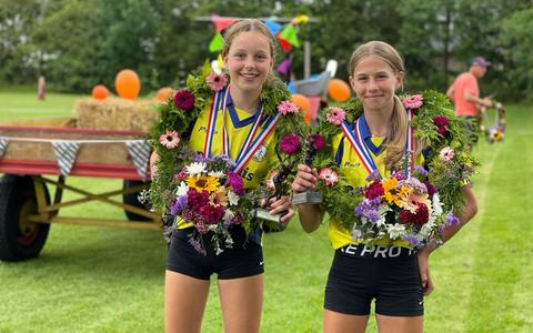 Britt Joustra (links) en Jeldau Koopmans: trotse winnaars van de pupillen schoolmeisjesbond