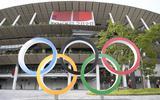 De Olympische ringen bij het stadion in Tokio.