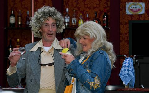 It kastleinechtpear Klaas (Drys Visser) en Jantsje (Antsje Soepboer) van der Zee, runt yn iepenloftspul Twa mei harren ûnferwurke emoasjes in eigen kafee.