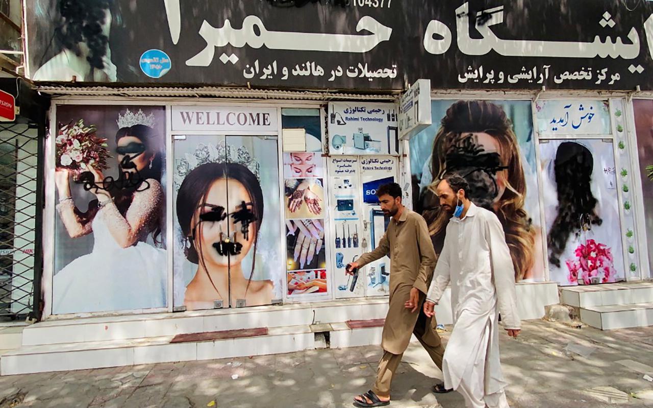 Schoonheidssalons in Kabul, voor en na de machtsovername door de taliban.