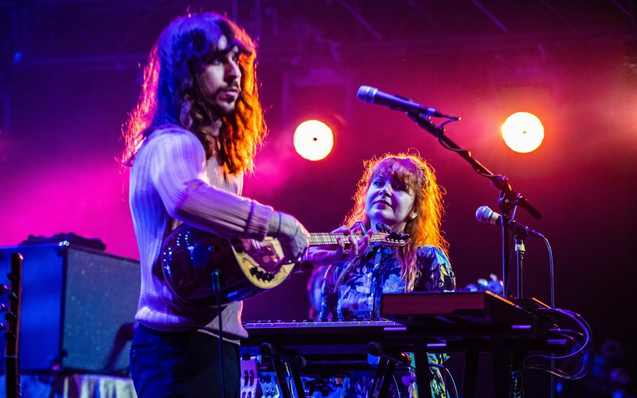 Zangeres Merve Daşdemir en zanger Erdinç Ecevit Yildiz van de Turks-Amsterdamse band Altin Gün.