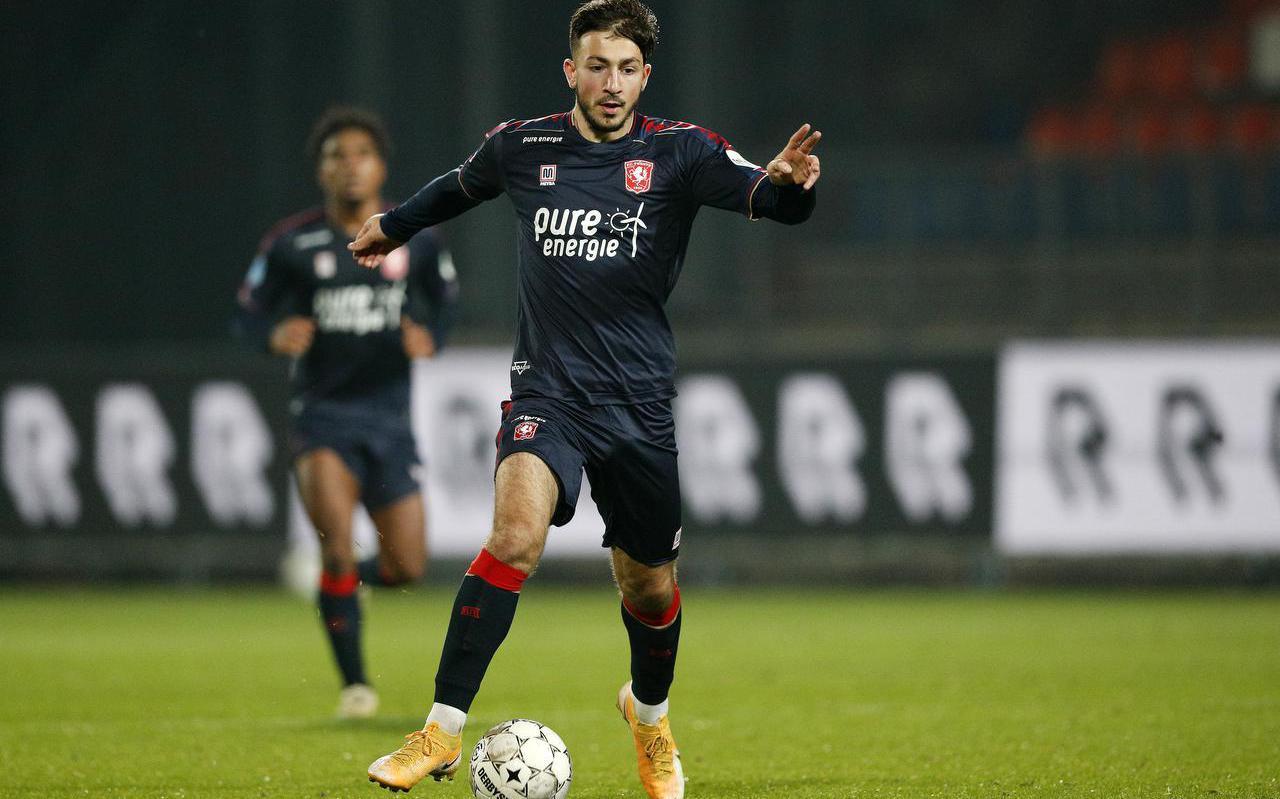 Halil Dervisoglu in actie namens FC Twente op 17 oktober 2020.