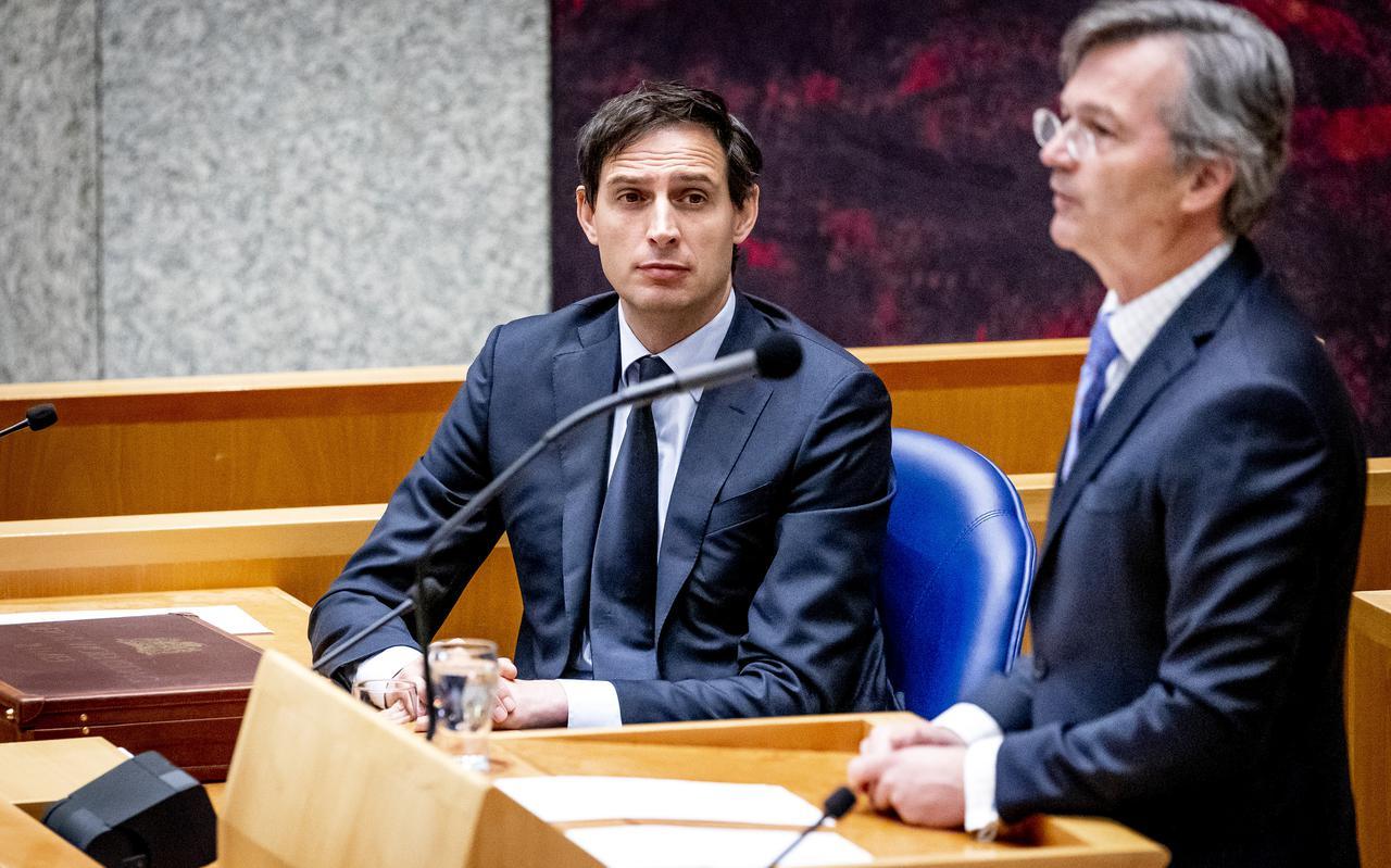 Demissionair minister Wopke Hoekstra (Financiën) luistert naar Arno Visser, president van de Algemene Rekenkamer, tijdens de aanbieding van de jaarverslagen van de ministeries over 2020. De rekenkamer oordeelde er hard over.