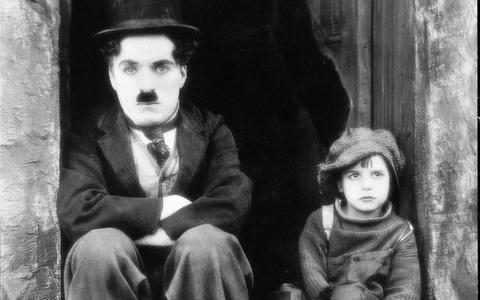 Stilstaand beeld uit 'The Kid'. Links Charlie Chaplin, rechts Jackie Coogan