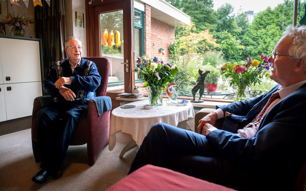 Roel Oostra ontvangt burgemeester Jan Rijpstra op zijn verjaardag.