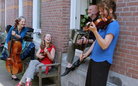 Anita Jongerman (viool), Inge Jongerman (viool), Magrita Rondeel (cello), Martin de Ruiter (piano/orgel) en Jan Vermaning (bugel/presentator).