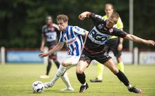 Jan Ras (l) schermt de bal af in de oefenwedstrijd van sc Heerenveen tegen KV Kortrijk.