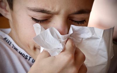 Meer mensen worden verkouden nu de temperatuur daalt. Dat zorgt in coronatijd voor de nodige vragen.