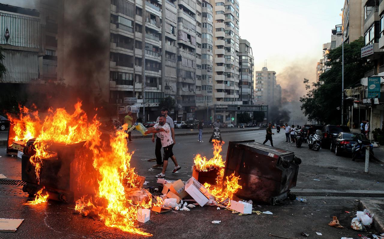 Demonstranten verbranden afval en autobanden in Beiroet uit protest tegen de stroomonderbrekingen en de hoge kosten voor levensonderhoud.