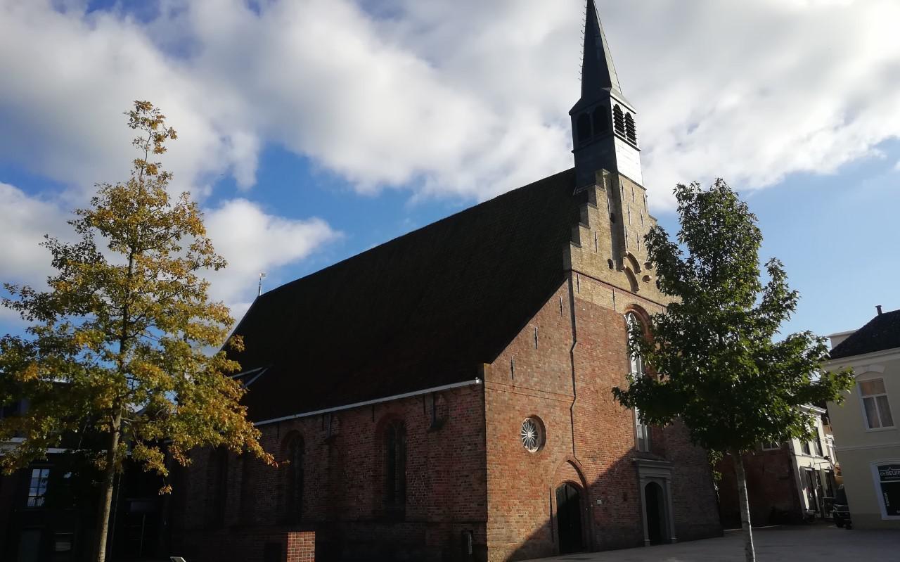 De Grote of Sint-Martinuskerk in Dokkum.  De kerk trekt jaarlijks vele belangstellenden die de kerk bezoeken.