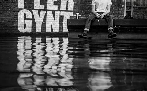 Peer Gynt wordt als audiovisuele cultuurvoorstelling in een praam aangeboden in Leeuwarden. Op de kades zijn beelden te zien als de praam langsvaart.