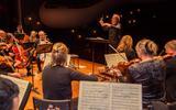Filharmonie Noord onder leiding van dirigent Tjalling Wijnstra.