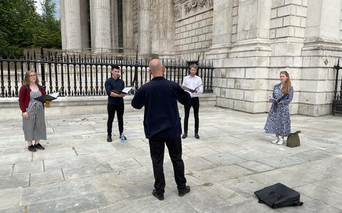 Bob Chilcott met vier choral scholars voor St. Paul's Cathedral