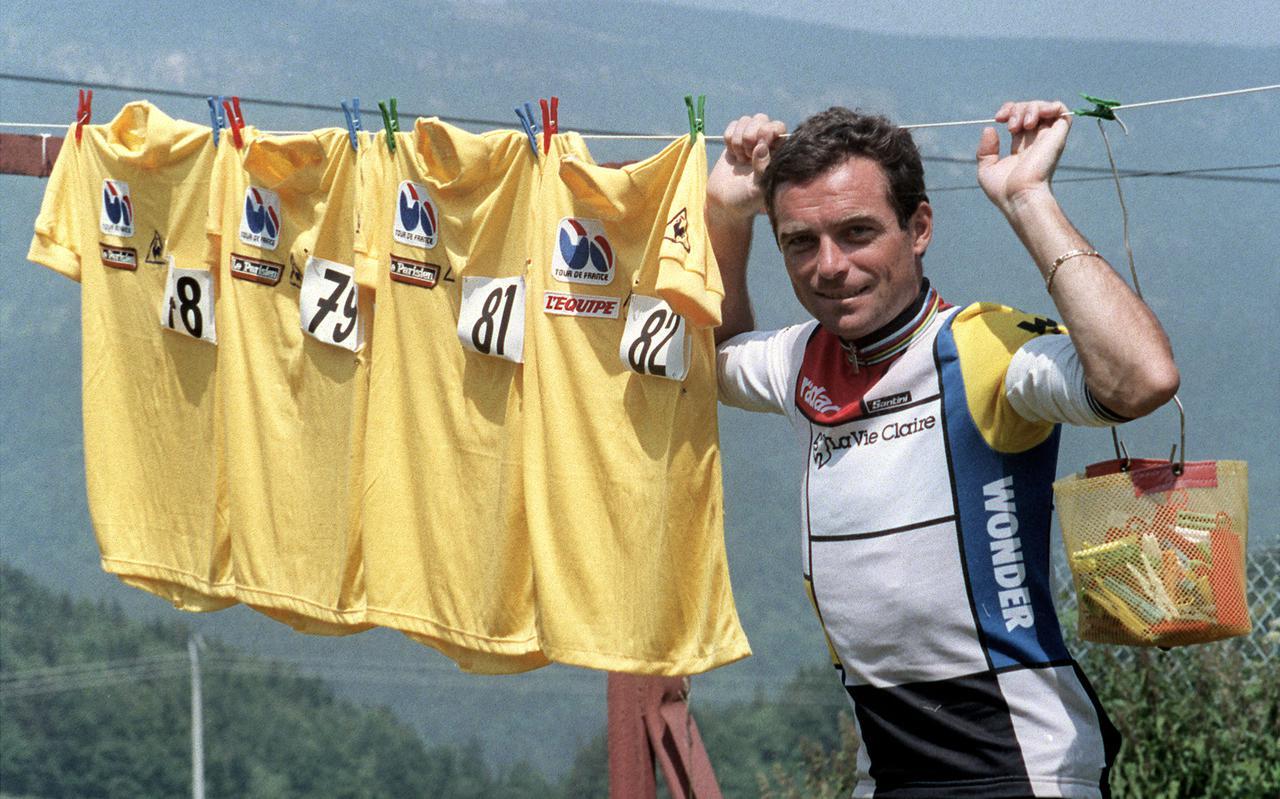 Bernard Hinault poseert op 12 juli 1985 in Villard-de-Lans met de vier gele truien die hij in het verleden won  (1978, 1979, 1981, 1982). Hinault zou ook de Tour van 1985 winnen en daarmee zijn totaal op vijf eindzeges brengen.