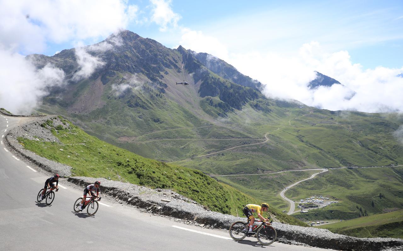 Geletruidrager Tadej Pogacar (r)  daalt een berg af tijdens de voorbije Tour de France.