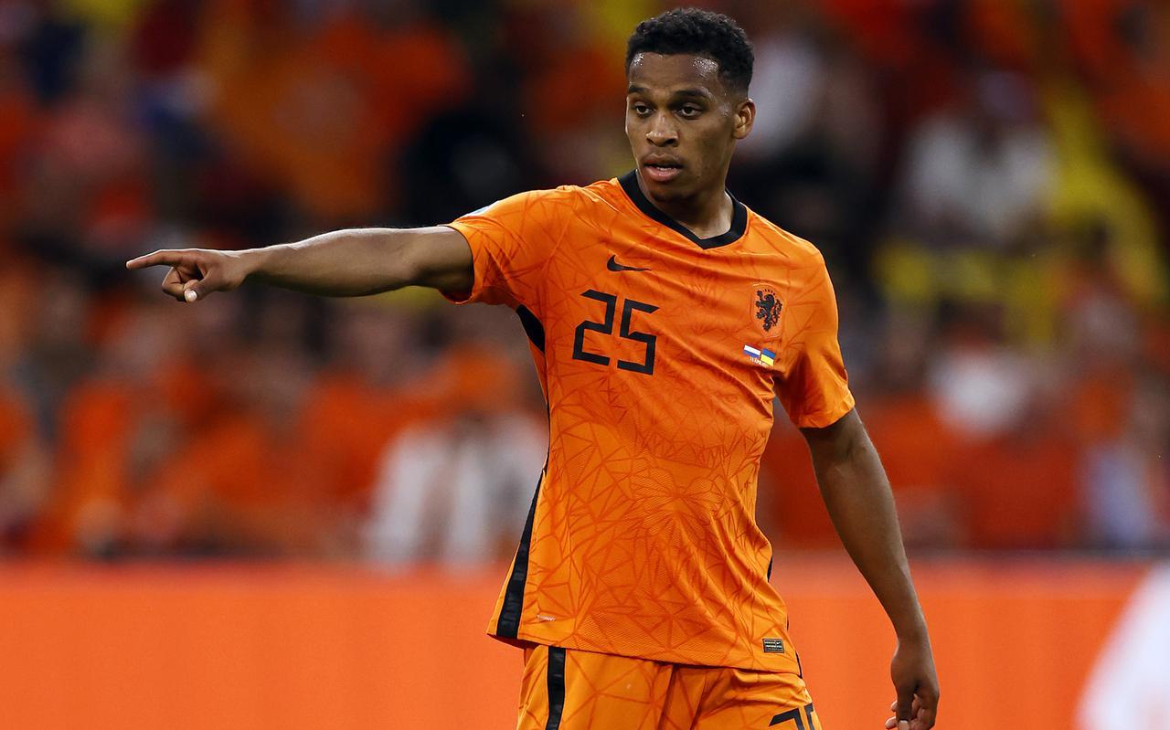 Jurriën Timber in actie tijdens zijn officiële debuut voor Oranje op het EK tegen Oekraïne.