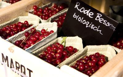 Biologische rode bessen in de supermarkt.