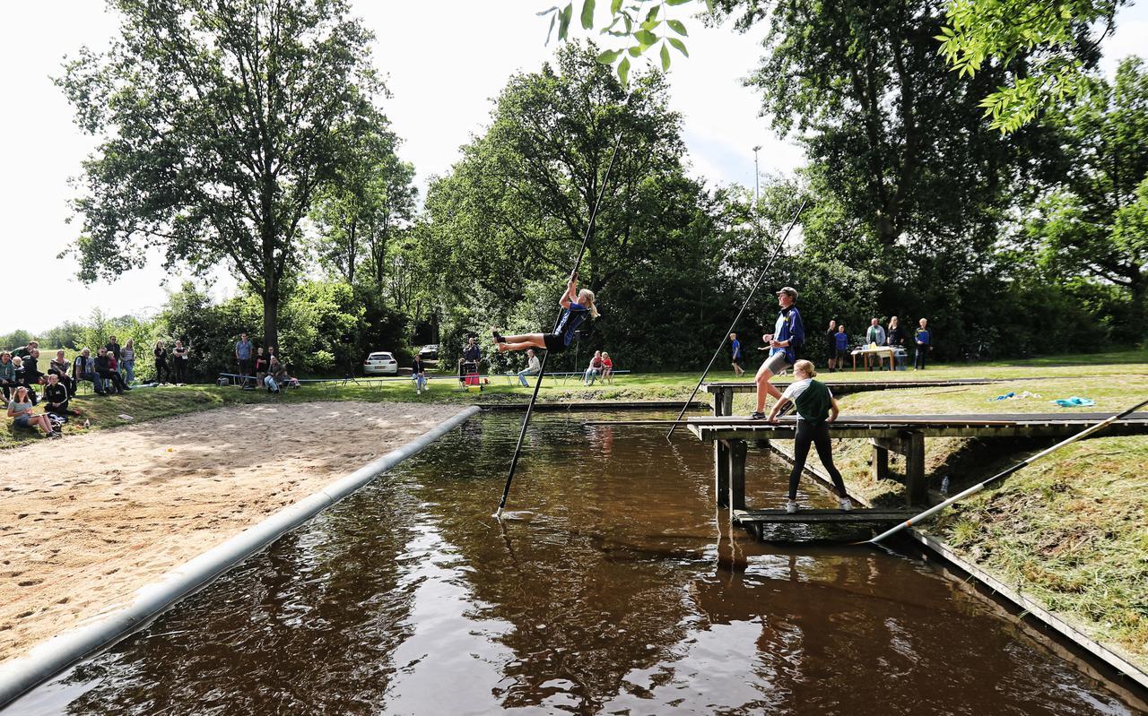 Sfeerbeeld van de eerste fierljepwedstrijd voor jeugd in Buitenpost.
