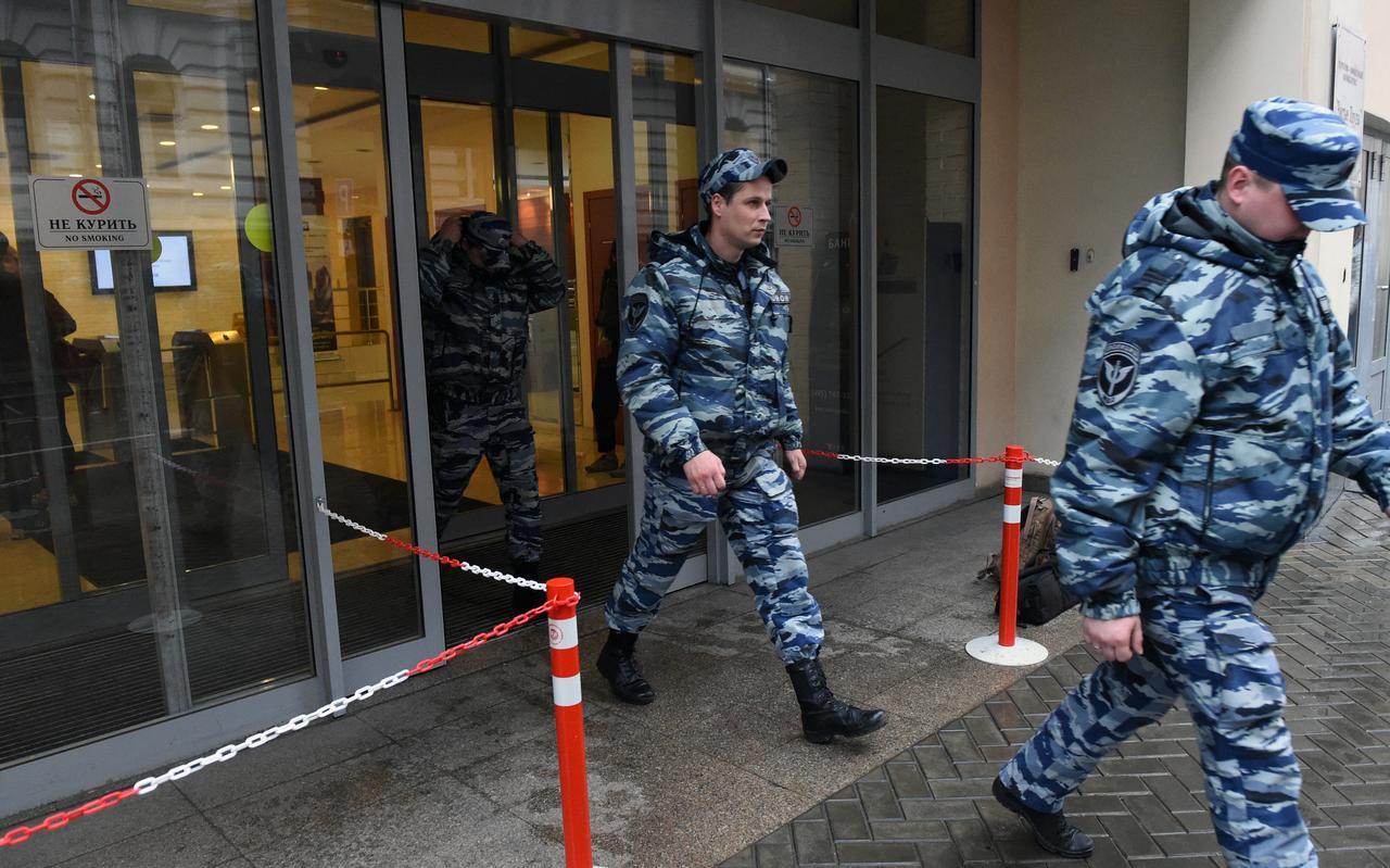 Russische agenten na een inval in een kantoorpand waarin de Kremlinkritische organisatie Open Rusland huist.