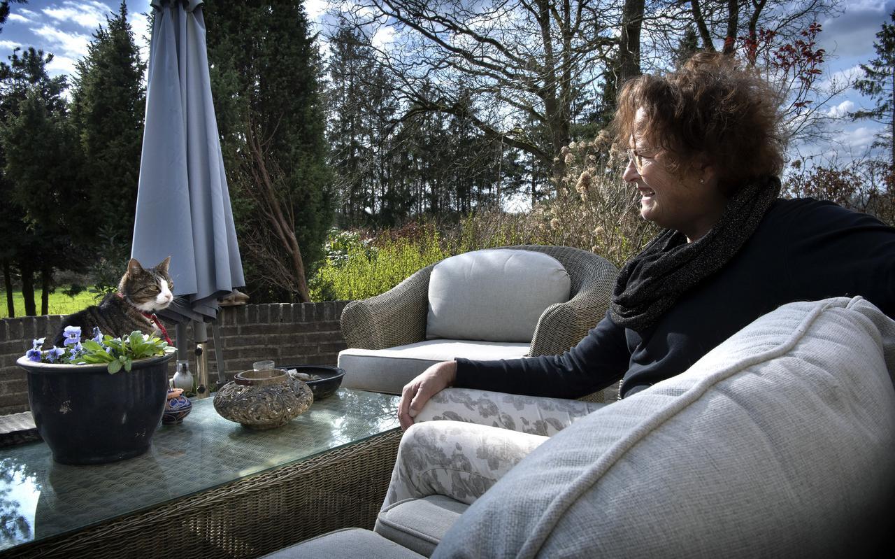 Huisarts Berber Pieksma bij haar woning in Steenbergen.