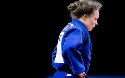 Sanne Vermeer in actie op de judomat.