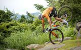 Mathieu van der Poel valt tijdens de mountainbikerace op de Olympische Spelen van Tokio.