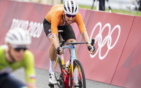 Bauke Mollema duwt zijn voorwiel als vierde over de finish.