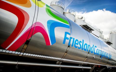 Een vrachtwagen met melk bij de kaasfabriek van FrieslandCampina in Workum.