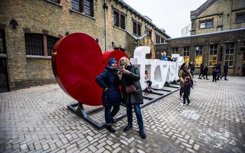 Bezoekers op het binnenterrein van de Blokhuispoort in Leeuwarden poseren bij de toeristische zuil van Fryslân.