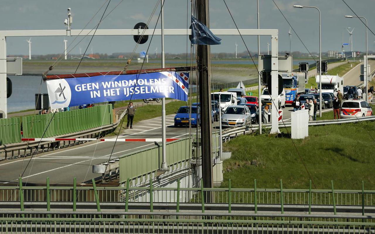 Kornwerderzand. actie  tegen de komst van honderd windmolens in het Friese gedeelte van het IJsselmeer. Tussen 15.00 en 16.00 wordt het verkeer over de Afsluitdijk stilgelegd. De actie is een initiatief van stichting Don Quichot, die is opgericht tegen de plannen van dit windpark, en wordt gesteund door de gemeenten S??dwest-Frysl??n en Hollands Kroon.   FOTO  ANP CATRINUS VAN DER VEEN