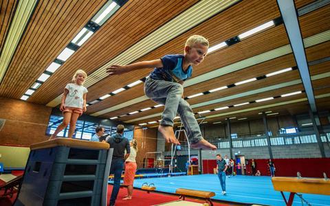 Kinderen genieten van kleutergymnastiek tijdens de start van 'De Wike'.