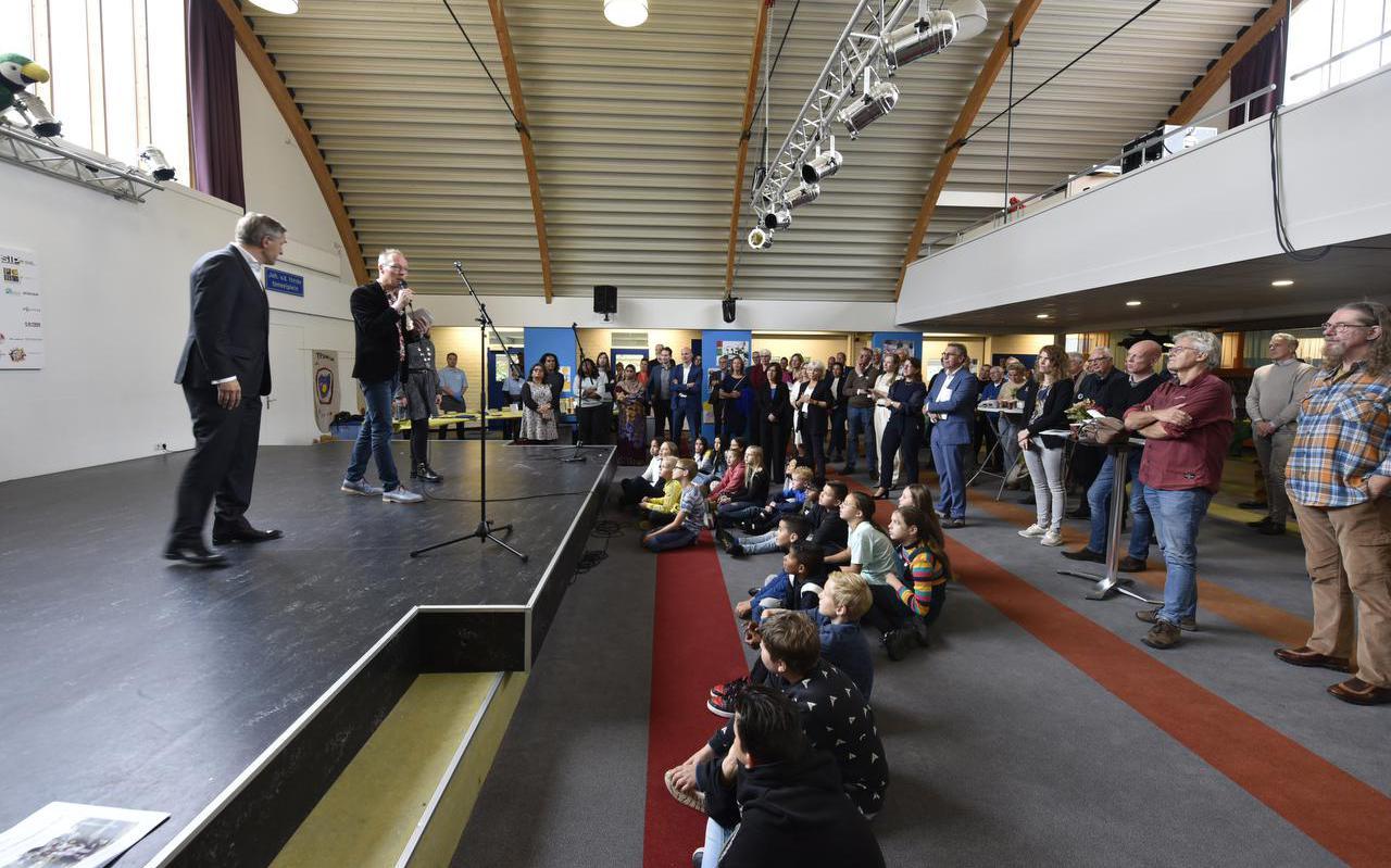 Burgemeester Sybrand Buma op het podium naast kinderburgemeester Thirza Huitema op het podium van IKC Trianova.