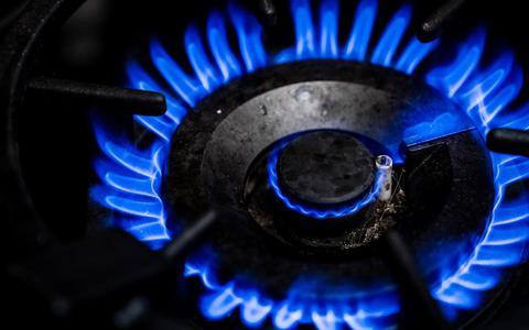 Een brandende gaspit in een fornuis. De Europese prijzen voor aardgas en stroom stijgen naar recordhoogtes.