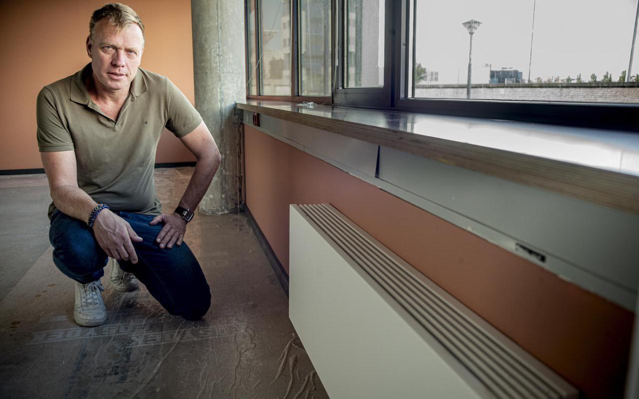 Jaap Hoekstra, eigenaar van het bedrijf Stationskwartier Leeuwarden, laat zijn pand verduurzamen. Het gebouw wordt fossielvrij. Daarbij hoort ook betere isolatie: hij toont een muur die veertien centimeter dikker is geworden door de PIR-isolatie.