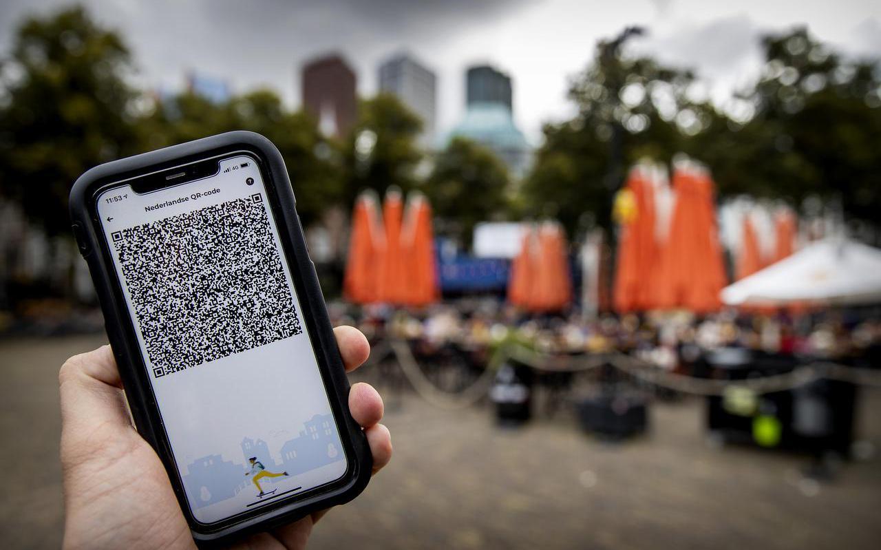 Op vertoon van een QR-code en een identiteitsbewijs kunnen horecabezoekers nu ook in Leeuwarden een toegangspolsbandje ophalen.